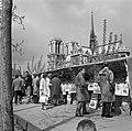 Passanten langs de boekenstalletjes aan de kade van de Seine, met op de achtergr, Bestanddeelnr 254-0465.jpg