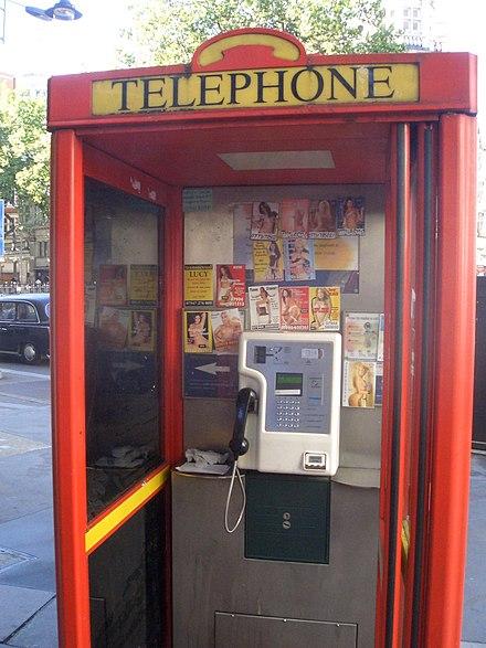 в телефонной будке стоят две проститутки-ща1