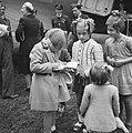 Prinses Beatrix zet haar handtekening in het poëzie-album van Joke Mulders, Bestanddeelnr 900-6099.jpg