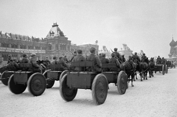 RIAN archive 669659 Soviet troops head to front lines after 1941 Red Square parade