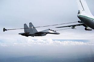 Un Il-78 Midas rifornisce un Su-30MKA