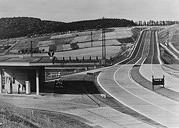 Reichsautobahn mit Tankstelle, Dr. Wolf Strache [Public domain], via Wikimedia Commons