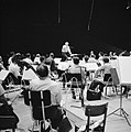 Repetitie van een orkest, vermoedelijk het Israël Philharmonic Orchestra in het , Bestanddeelnr 255-1736.jpg