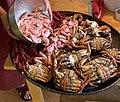 SJØMAT SKALLDYR Kokte taskekrabber (Cancer pagurus) sjøkreps (Nephrops norvegicus) reker (Pandalus borealis) Vestfold. Cooked sea food Edible crab Langoustine Shrimp Norway September 2021IMG 1856.jpg
