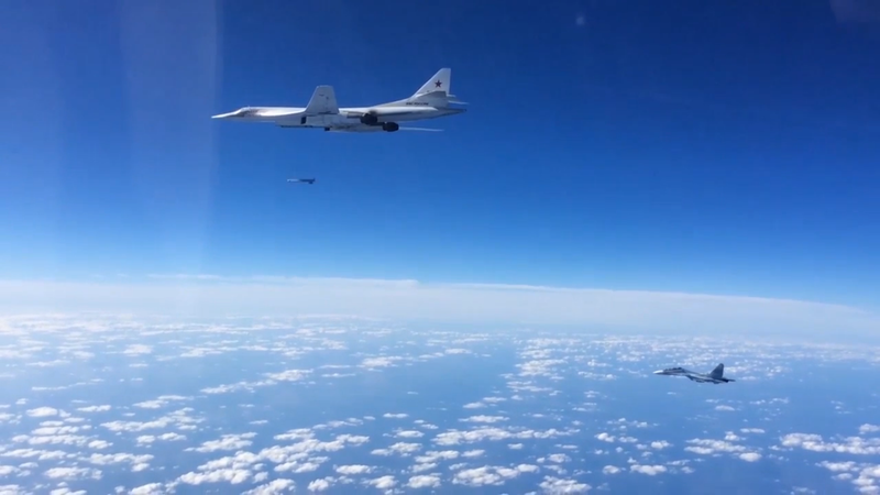 Plik:SU-30SM escortant un Tu-160 qui lance un missile de croisière.png