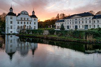 Schloss-Borbeck-Komplettansicht-Sonnenuntergang-2012.jpg