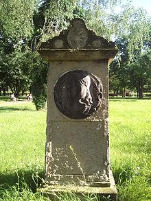 Grabmal Friedrich Schneiders auf dem historischen Friedhof in Dessau. 2017 wurde das Medaillon mit dem Bildnis des Komponisten durch Unbekannte gestohlen und ist seither verschollen. (Quelle: Wikimedia)