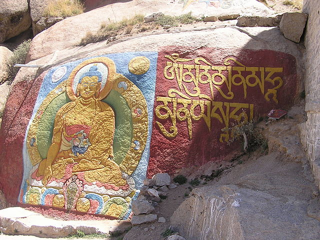 Петроглиф, изображающий Будду Шакьямуни вместе с его именной мантрой (монастырь Сэра, Тибет)