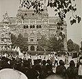 Szentháromság tér, Szentháromság-szobor, mögötte a Pénzügyminisztérium. Szent István nap, Szent Jobb körmenet. Fortepan 83813.jpg