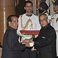 The President, Shri Pranab Mukherjee presenting the Padma Shri Award to Shri Mahesh Rajsoni, at a Civil Investiture Ceremony, at Rashtrapati Bhavan, in New Delhi on April 08, 2015.jpg