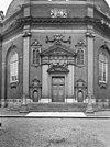 toegangspoort met twee zijpoortjes, gebeeldhouwde omlijstingen en pilasters - middelburg - 20154617 - rce