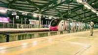 Train at Azad Nagar station, Mumbai.jpg