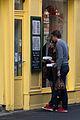 Un couple lisant le menu d'un restaurant à Rennes.jpg