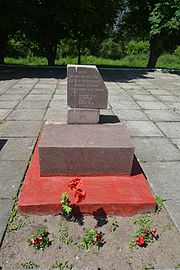 Velyka Oleksandrivka Memorial Complex - Brothery Graves and Monument to WW2 Warriors 03 (YDS 1004).jpg