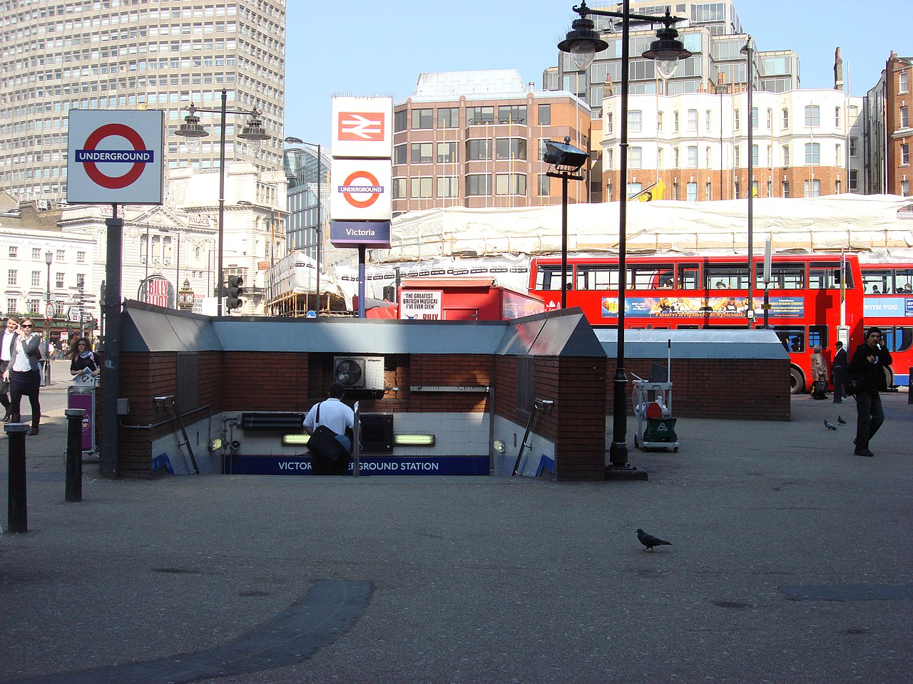 Victoria tube antrance.jpg