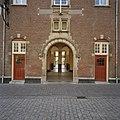 Voorgevel, met ingang naar de passage (voormalige hal met loketten), voormalig postkantoor - Bergen op Zoom - 20344637 - RCE.jpg