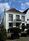 foto van Herenhuis met eenvoudige gepleisterde gevel met rechte kroonlijst