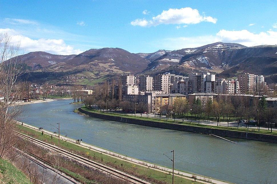 Vue de ZENICA depuis la rivière BOSNA