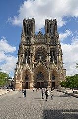 La façade de la cathédrale de Reims qui a servi de modèle pour le dessin de Mon cahier d'archéologie / CC BY-SA 3.0 Adrian Farwell via Wikimedia Commons