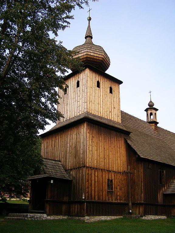 Eglise en bois dans le Skansen de Wygielzow près de Cracovie. Photo d' Andrzej Otrębski