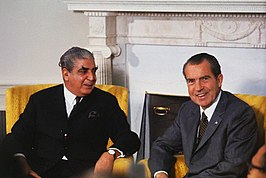 Khan (links) met de Amerikaanse president Richard Nixon (1970)