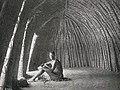 Zambèze-Intérieur d'un luongo, ancienne hutte des Marotsé.jpg