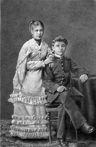 М. Врубель с сестрой Анной. Гимназическое фото 1870-х годов