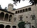 047 Castell de Santa Florentina (Canet de Mar), pati, torre sud-oest i façana oest.JPG