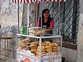 07000 Brezel Verkäuferin auf der Straße in Lviv.jpg