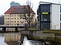 1937 erneuertes Großes festes Überallwehr. An der Mauer ist noch der Abdruck der früheren Anlage erkennbar. Im Hintergrund die Ratsmühle in Celle.jpg