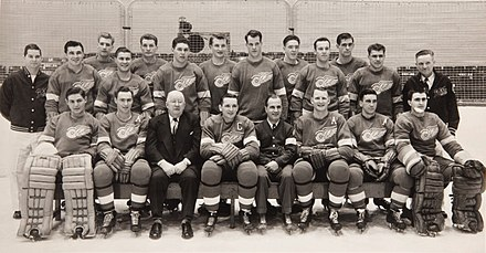 Team photo of the 1952 Detroit Red Wings. They won their fifth Stanley Cup that year. 1952 Detroit Red Wings.jpg