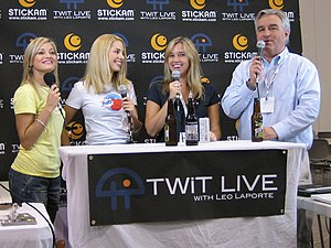 Amber MacArthur - iJustine, Sarah Austin, MacArthur, and Leo Laporte at New Media Expo 2008 (2008-08-15)