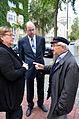 2013-09-15 Gedenktafel Neue Synagoge Hannover (23) Kulturdezernetin Marlis Drevermann im Gespräch mit dem Zeitzeugen und Holocaust-Überlebenden Henry Korman.JPG