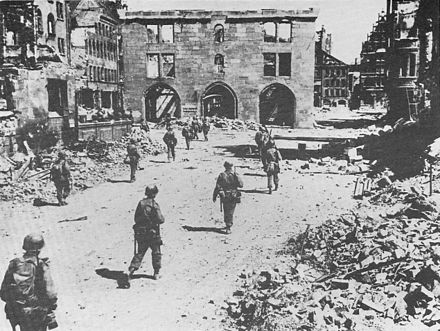 Soldiers of the US 3rd Infantry Division in Nuremberg on 20 April 3. US Inf.-Div. in Nurnberg, 20.04.1945.jpg