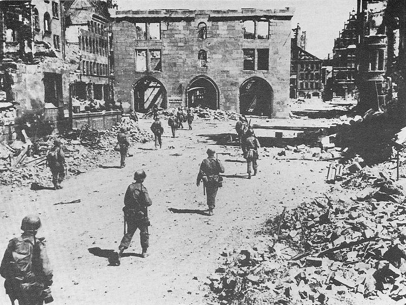 File:3. US Inf.-Div. in Nürnberg, 20.04.1945.jpg