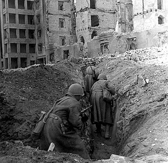 Soviet soldiers running through trenches in the ruins of Stalingrad 62. armata a Stalingrado.jpg