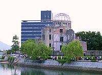 Občané města míjejí Hirošimský památník míru na cestě ke vzpomínkovému obřadu 6. srpna 2004