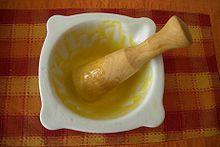 Aioli secondo la ricetta catalana con aglio, sale, albume e olio di oliva