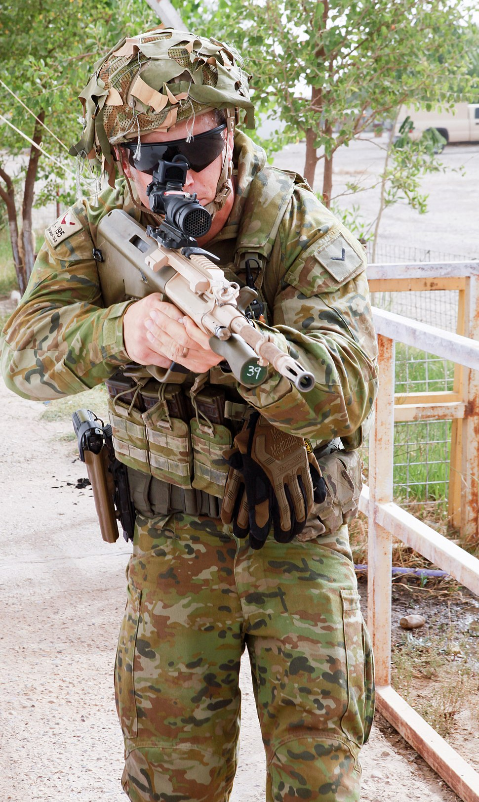 An Australian soldier attached to Task Group Taji demonstrates how to tactically move to Iraqi soldiers