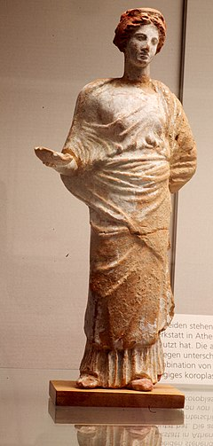Attic terracotta statue of sacrificing woman 4th century BC Staatliche Antikensammlungen 01.jpg