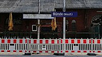 Bahnhofsschild Bünde alt und neu 180303.jpg