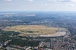 Luftaufnahme des Flughafen-Geländes