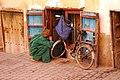 Bici, chilaba y ventana (15583239727).jpg