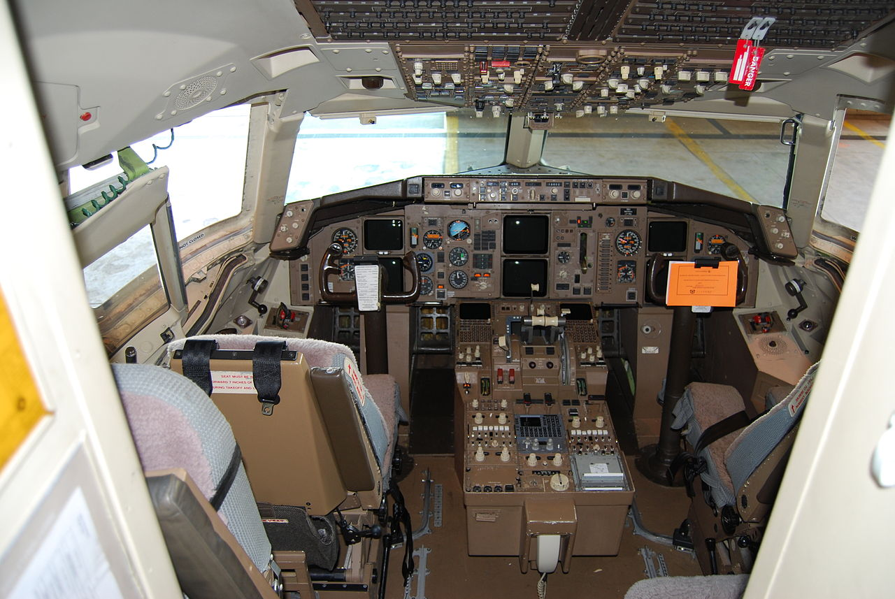 File boeing 757 200 flight wikimedia commons for Interieur boeing 757