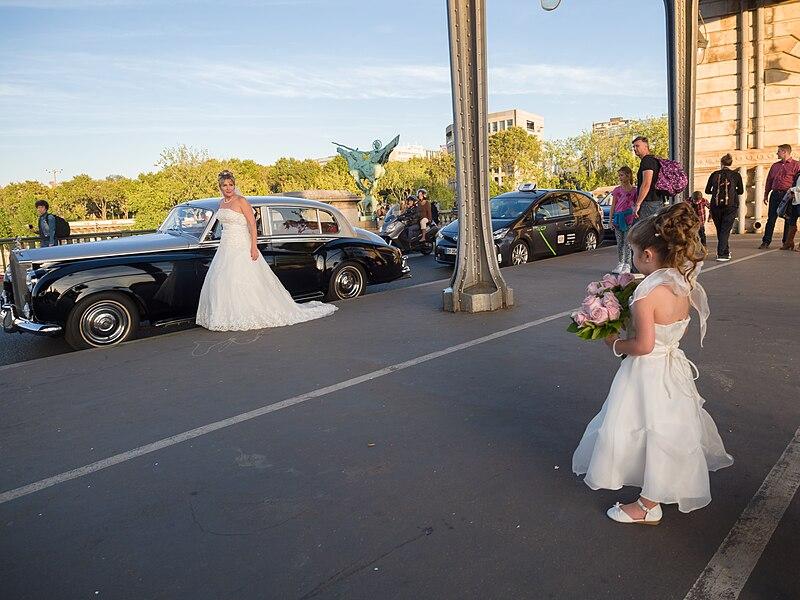 File:Bride on a bridge, Paris 24 September 2016.jpg