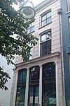 foto van Huis met in blokken gepleisterde lijstgevel