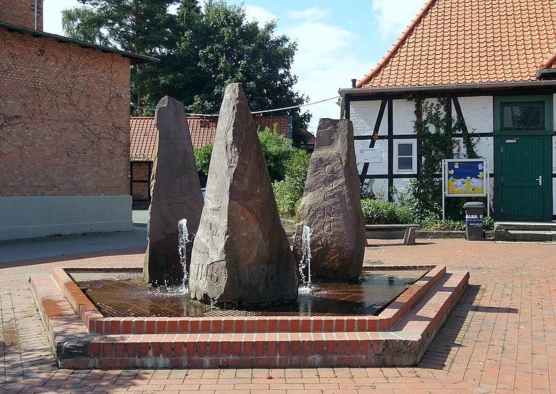 Die Liste der Brunnen in Braunschweig 800px-Brunnen-Querum-850_BS-Img01