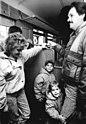 Bundesarchiv Bild 183-1989-1110-034, Berlin, DDR-Besucher in Westberlin.jpg