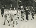 Burgerdeelnemers op het parcours van 40 km. onderweg tijdens de 26e Vierdaagse. – F40683 – KNBLO.jpg