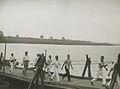 Burgerdeelnemers op het parcours van 55 km. op de pontonbrug bij Cuijk op de der – F40637 – KNBLO.jpg